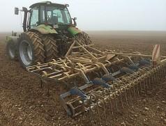 Saatbeetbereitung mit Flachgrubber und Doppelstriegel: So werden bereits vor der Saat Beikräuter zum Keimen gebracht. Durch ein optimales Saatbeet wird ein schneller Feldaufgang sichergestellt. Foto: J. Unsleber