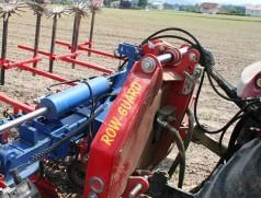 Das Prinzip einer Querverschiebung, die zwischen Traktor und Hackrahmen gebaut wird, hat sich durchgesetzt. Gute Geräte arbeiten zentimetergenau - wenn die Unterlenker etc. nicht ausgeschlagen sind!  Foto: Taifun Tofuprodukte