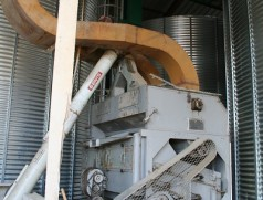 Wind-Sieb-Reiniger zur Vorreinigung vor dem Trocknen: Auch alte Geräte können sehr gute Dienste leisten - entscheidend ist die Leistungsfähigkeit. Nachteil auf dem Foto: Einlauf durch Förderschnecke. Foto: Taifun Tofuprodukte